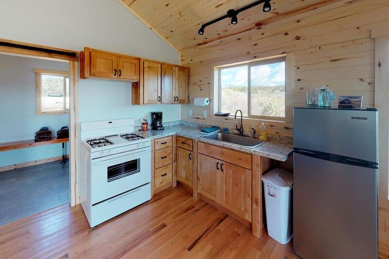 Cabin #4 Roomy One Bedroom Cabin in the Trees, Near Moab Utah, location de vacances à La Sal