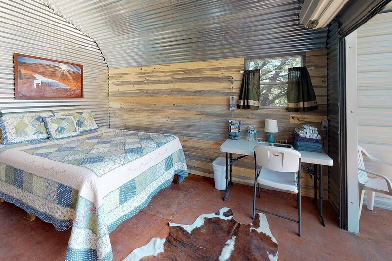 Primrose Cabin Glamour Camping, Hot showers, Stunning Night Sky, holiday rental in Monticello