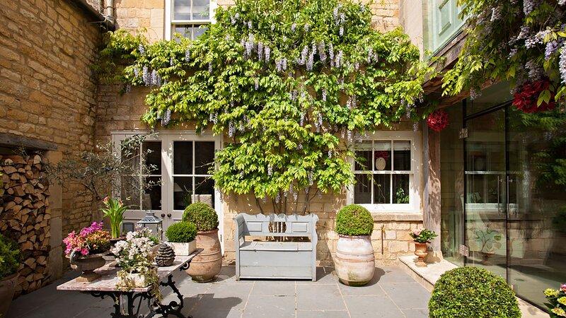 Singer House - Stylish townhouse with a boutique interior throughout, warming op, location de vacances à Weston Subedge