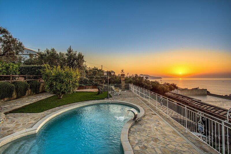 AMORE RENTALS - Villa Marika with Private Pool, Sea View, Parking, Garden, Barbe, Ferienwohnung in Sant'Agata sui Due Golfi