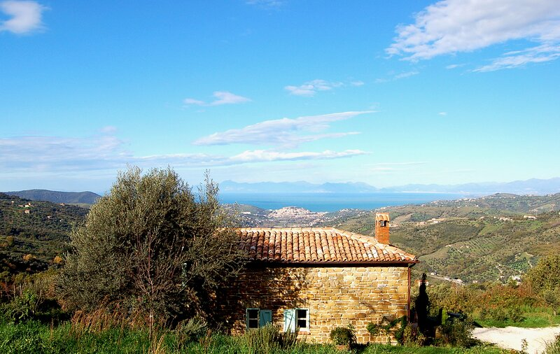 Romantic cottage with sea view in rural location 10km to the beach, casa vacanza a Rutino