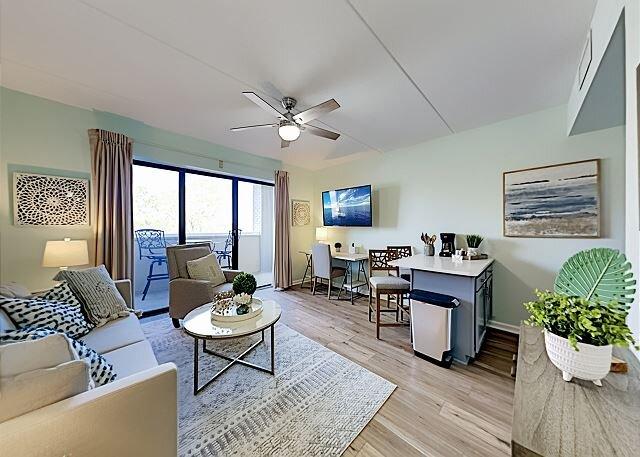 Historic River-View Condo | Balcony, Smart TV, Desk | Walkable Locale, alquiler vacacional en Leland
