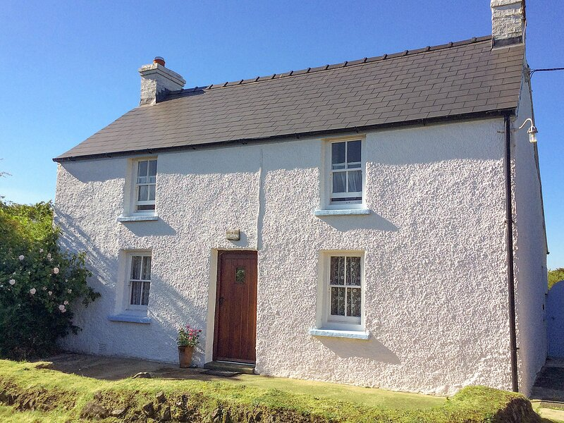 TY GWYN, 3 bedroom, Pembrokeshire, holiday rental in Trefasser