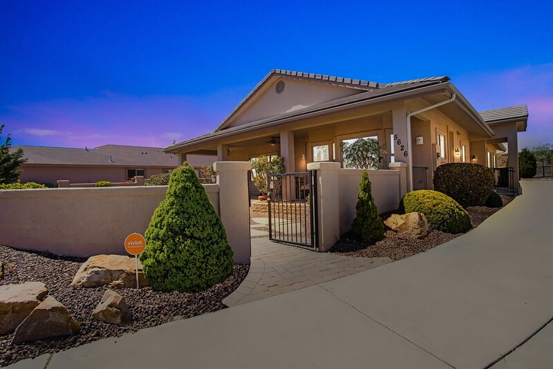 Luxury Home on a 36-Hole Golf Course near Airport, Perfect For Golfers, Hikers, holiday rental in Prescott Valley
