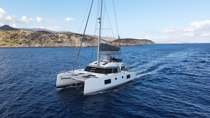 IQ Yacht Santorini Catamaran Half Day, Full Day, Boat Tours, Trips & Cruises, location de vacances à Vlychada