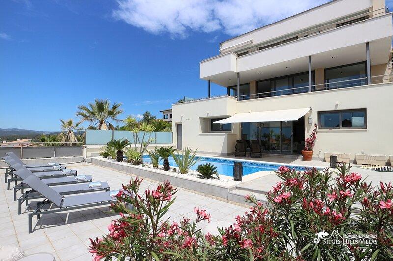 Villa Santa Monica - A/C, Private Pool and Sea Views, holiday rental in Garraf