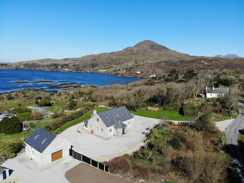Sceach Bhán - This property enjoys an amazing location overlooking Cashel Bay on, holiday rental in Cashel