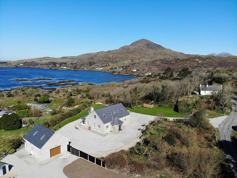 Sceach Bhán - This stunning 5 bedroom house overlooks Cashel Bay, location de vacances à Rosmuck
