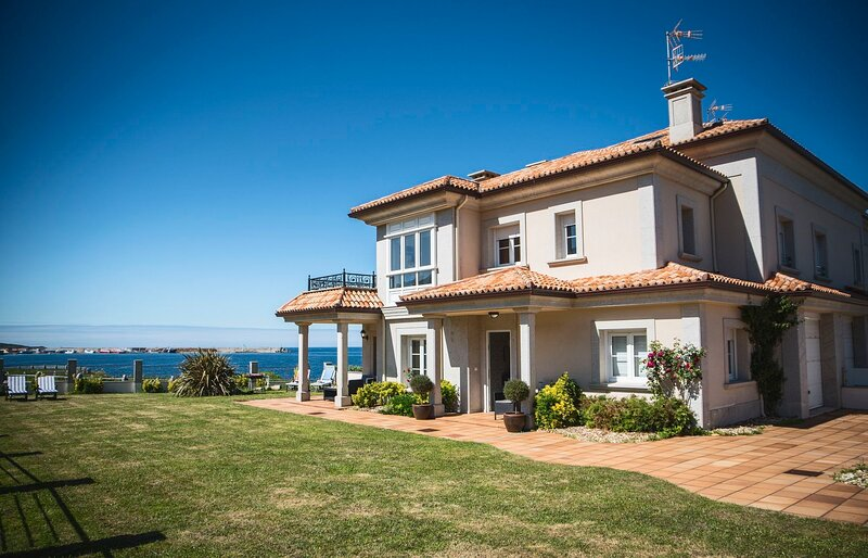 Spacious house with sea view, holiday rental in Burela