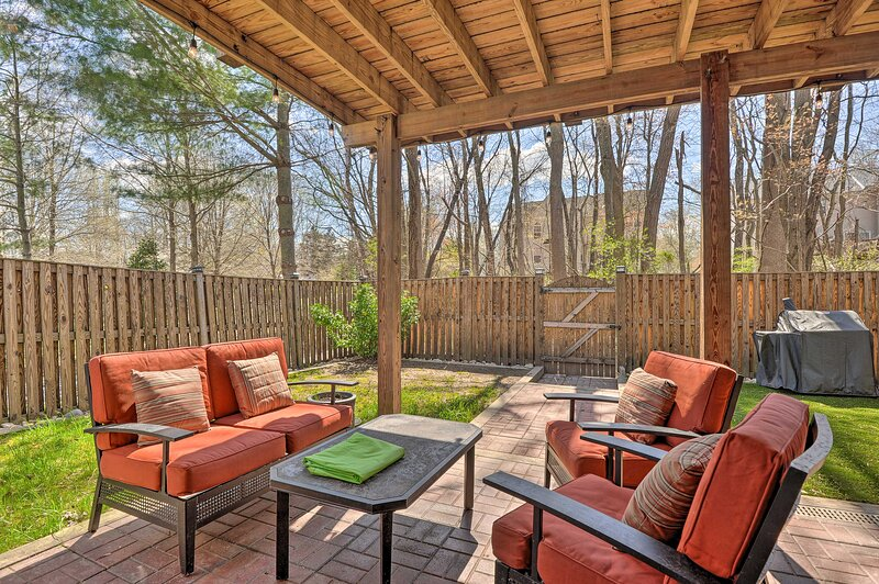 NEW! Townhome w/ Deck - 15 Miles to Washington DC!, holiday rental in Clinton