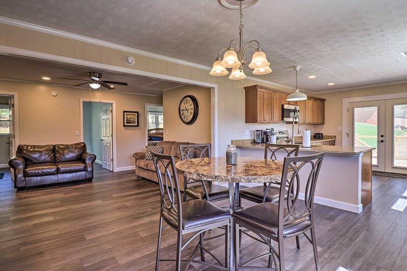 NEW! Modern Retreat Near Smoky Mtns & Asheville!, casa vacanza a Canton