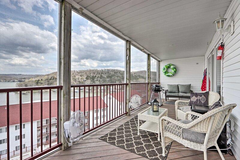 NEW! Dreamy Lakeside Condo w/ Dock Access & Views!, location de vacances à Macks Creek