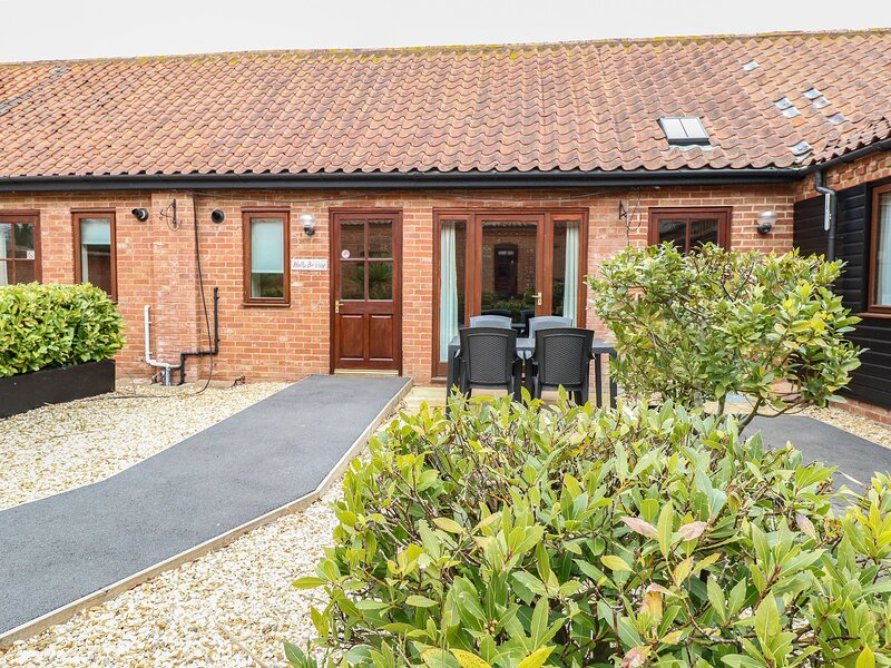 HOLLY BERRY, single-storey, en-suite, ample parking, in Fakenham, Ref 24357, holiday rental in Briston