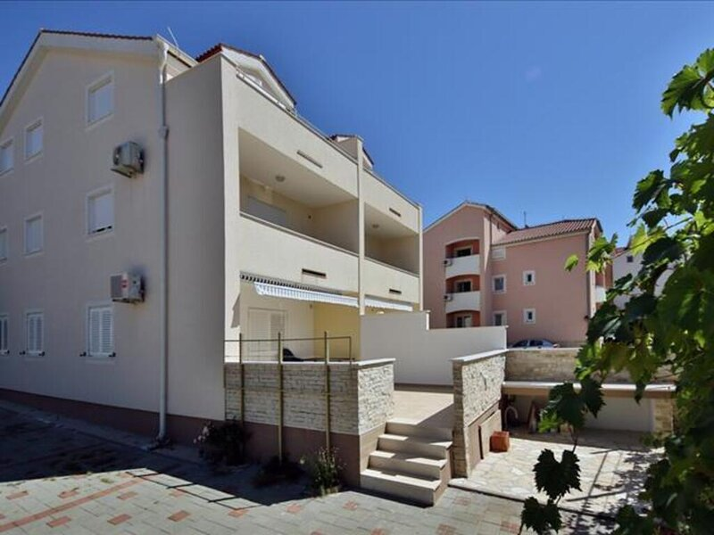 Remarkable 2-Bed Apartment in Srima with sea view, holiday rental in Srima