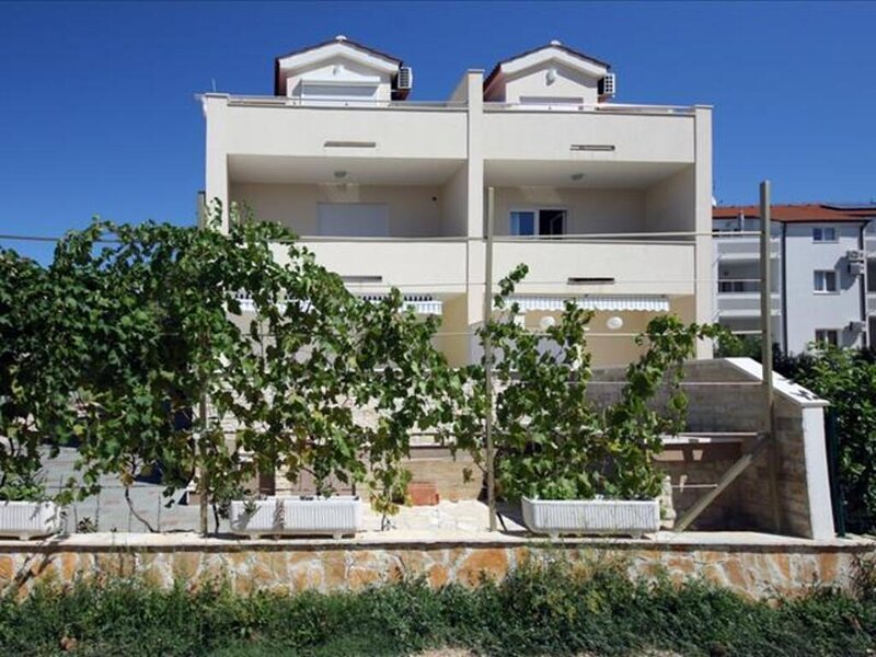 Charming 2-Bed Apartment in Srima with sea view, holiday rental in Srima
