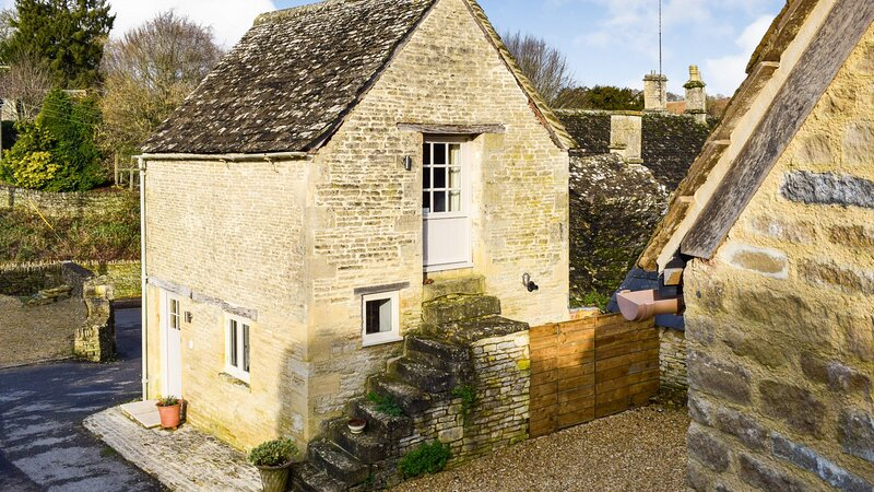 The Bothy, Arlington, Nr Bibury, Cotswolds - sleeps 2 guests  in 1 bedroom, vacation rental in Fairford
