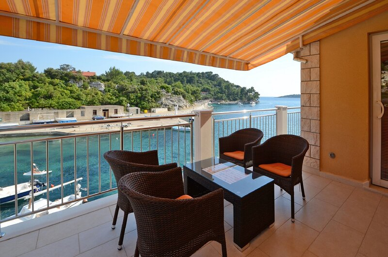 Apartments Korčula - Standard Two Bedroom Apartment with Terrace and Sea View, Ferienwohnung in Prizba