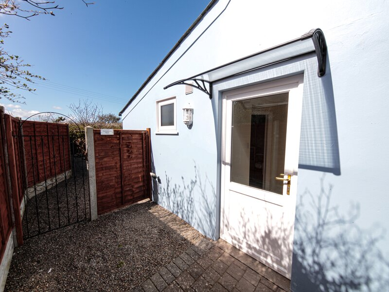 TY GWENNOL BACH, detached cottage with a garden in Dinas Cross, Ref 967750, vacation rental in Dinas Cross