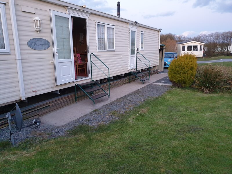 2 bed static caravan for hire sleeps 4 with private garden and parking for 2 car, holiday rental in Kirksanton