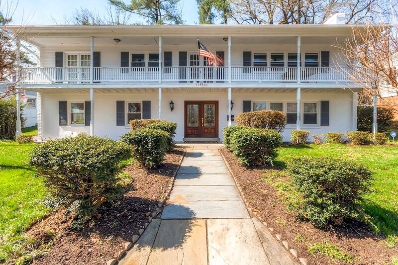 Southern-Style Home w/ Luxe Kitchen: 15 Min to DC!, holiday rental in Arlington