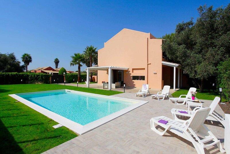 Spacious Villa with Large pool close to beach, alquiler de vacaciones en Lido Signorino