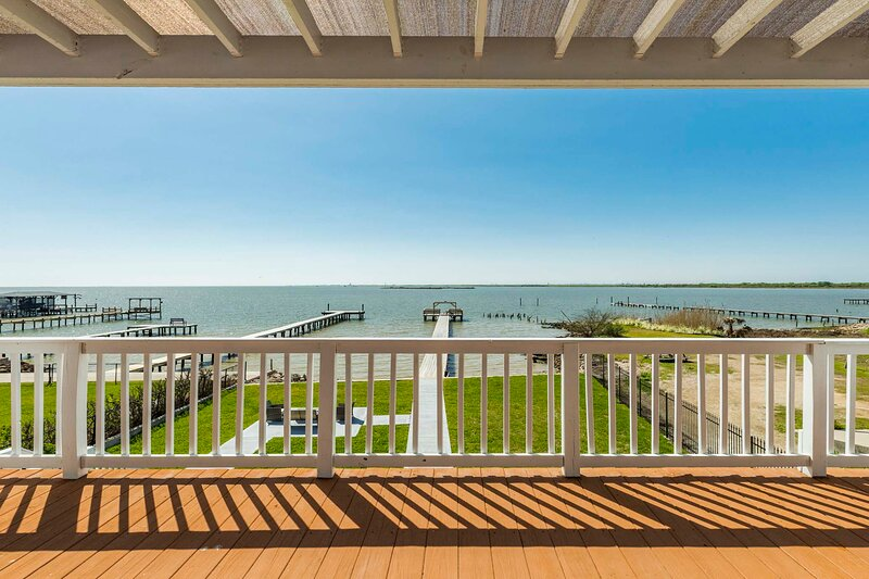 NEW! Large-Group Beach Retreat on Galveston Bay!, alquiler vacacional en Bacliff