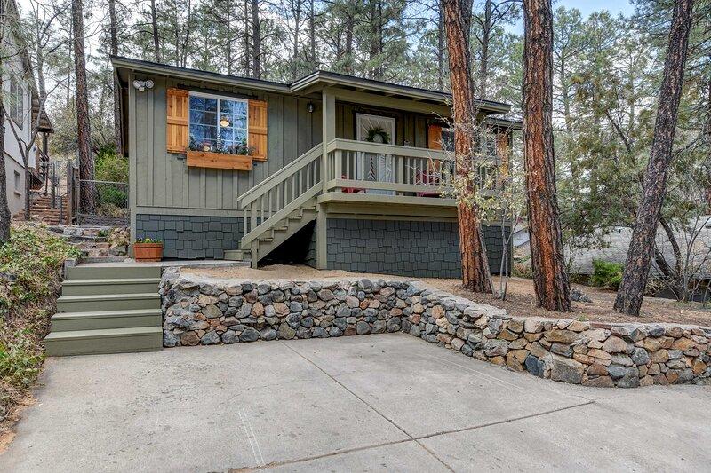 NEW! Quiet Cabin in the Pines by Dwtn Prescott!, casa vacanza a Skull Valley