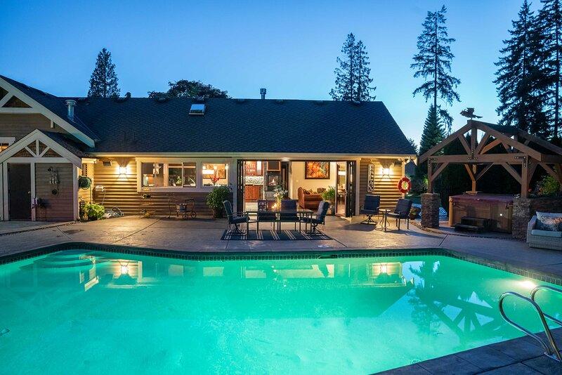 Luxury Home w/ Backyard Oasis - Near Seattle!, location de vacances à Bothell