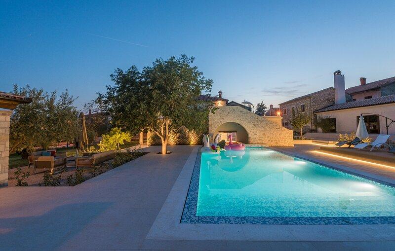 Lussuosa Villa LV vicino al mare,piscina interna e esterna Jacuzzi sauna fitness, location de vacances à Fiorini