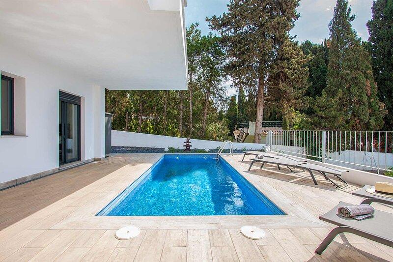Capistrano Garden, piscina privada y vistas al mar, holiday rental in Maro