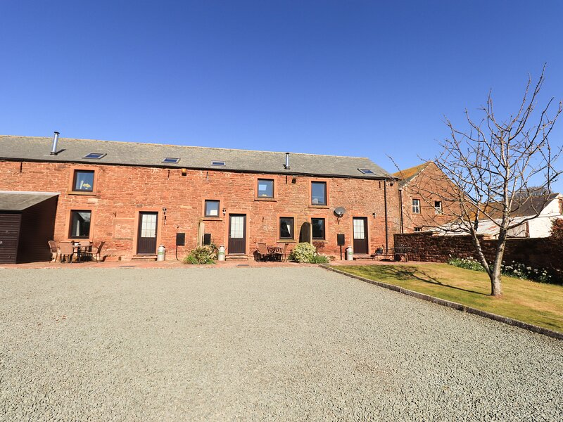 STABLE COTTAGE, owner's farm, woodburner, WiFi, ample parking, private patio, Ferienwohnung in Abbeytown