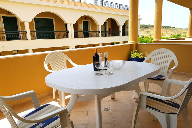 DomusIberica Apartment. 2 Bedrooms, Full Air-Conditioning, Walk to the Beach., casa vacanza a Burgau