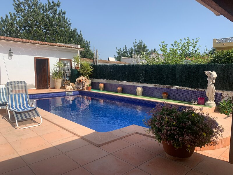 Beautiful house with garden and private pool, location de vacances à Creixell