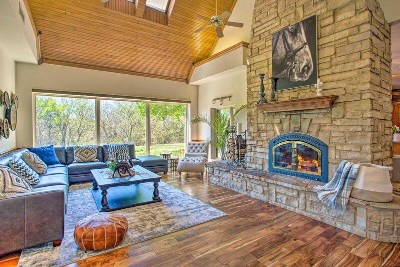 NEW! 16-Acre Luxury Ranch w/ Private Pond + Spa!, location de vacances à Pilot Point