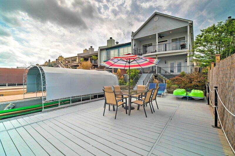 NEW! Waterfront Lake Conroe Home w/ Dock & Decks!, casa vacanza a Magnolia