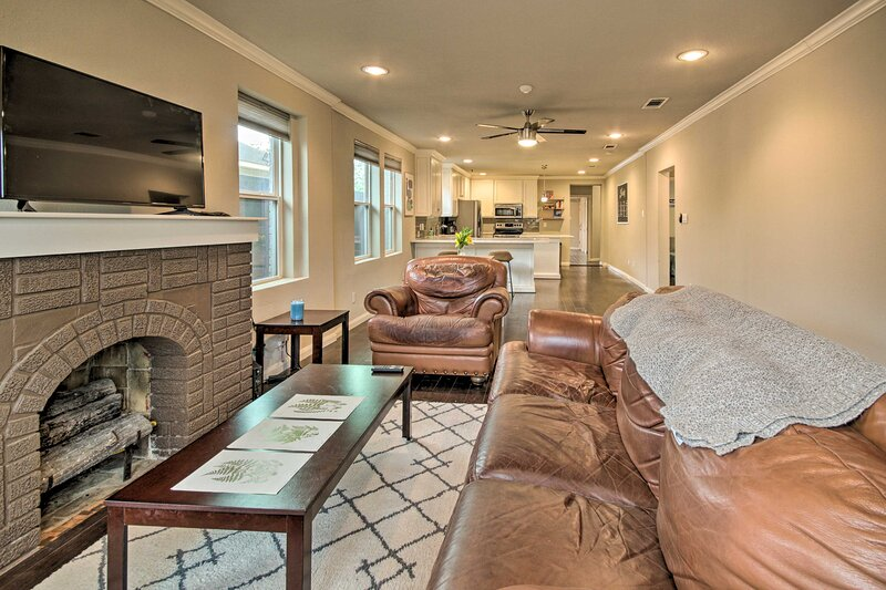 NEW! Modern Houston Home < 4 Miles to Downtown!, holiday rental in Cloverleaf