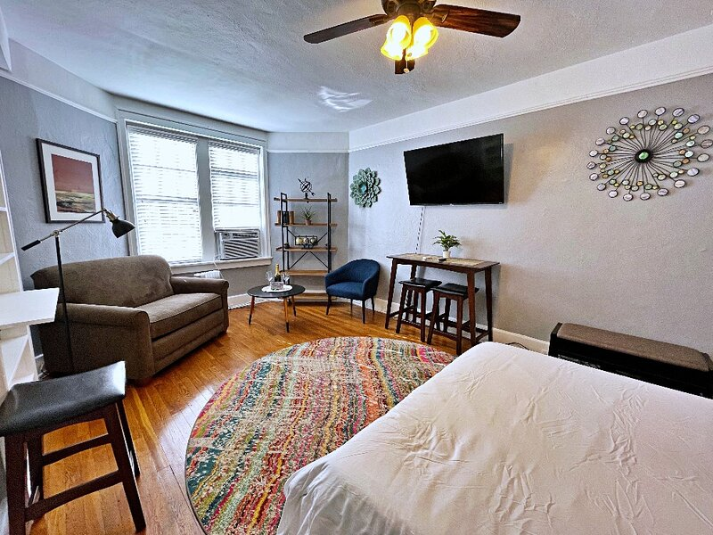 Fisher Park Studio/FREE Wine and Coffee, holiday rental in Greensboro