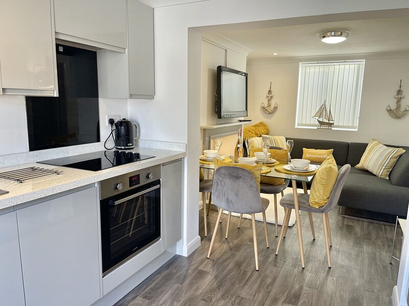 The Garden Flat - A modern and spacious ground floor apartment in Deal, Kent, sl, holiday rental in Great Mongeham