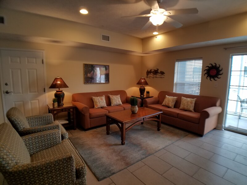 Beautiful 4BR/3Bath Villa on Ocean Blvd-Great for Families/Golfers/Large Groups, holiday rental in Myrtle Beach