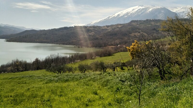 Lake Retreat - A beautiful self catering apartment with lake and mountain views, holiday rental in Casoli