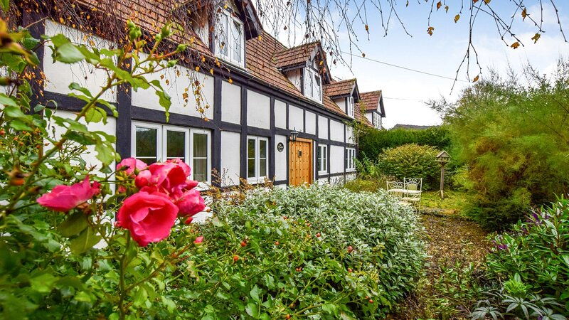 The Landers - A fabulous 17th-century Cotswold holiday home with original featur, holiday rental in Colesbourne