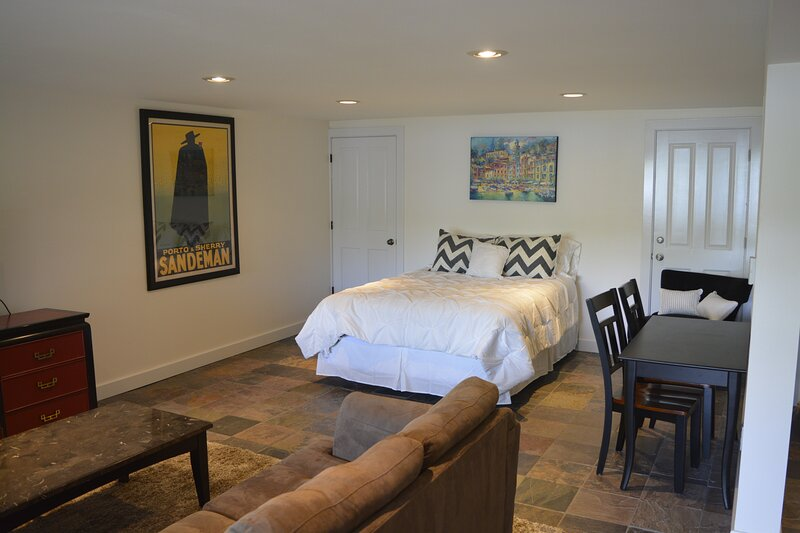 Studio Apartment on Lake Sammamish, close to Microsoft & Seattle, holiday rental in Duvall