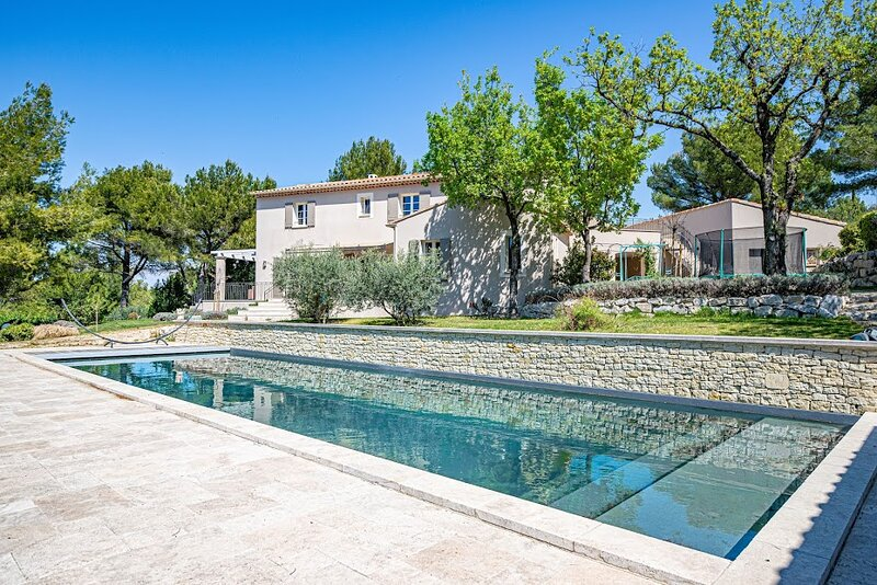 Villa des Fontaines luxury family home with large pool and garden, casa vacanza a Pernes-les-Fontaines