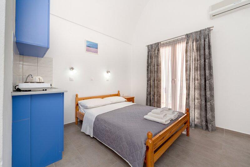 ANDREAS STUDIO PERISSA in SANTORINI, holiday rental in Perissa
