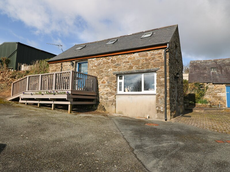 THE GRAIN STORE, pet friendly, character holiday cottage, with a garden in, vacation rental in Llangian