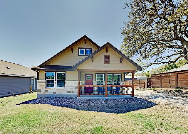 Canyon Lake Retreat Across from Lake | 5 Mins to Boat Ramp | Firepit & Yard, holiday rental in Spring Branch