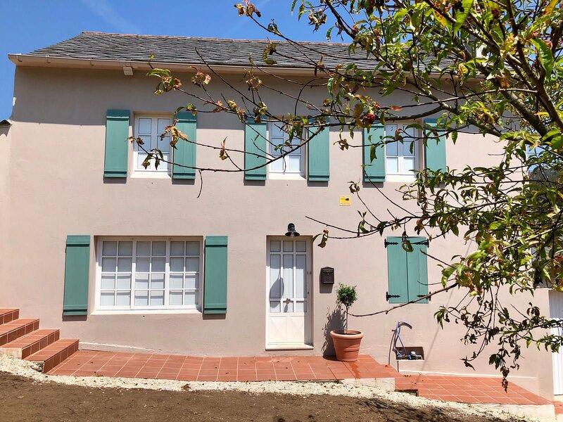Casa de campo con amplio jardin a 100 metros de la playa, holiday rental in Manon