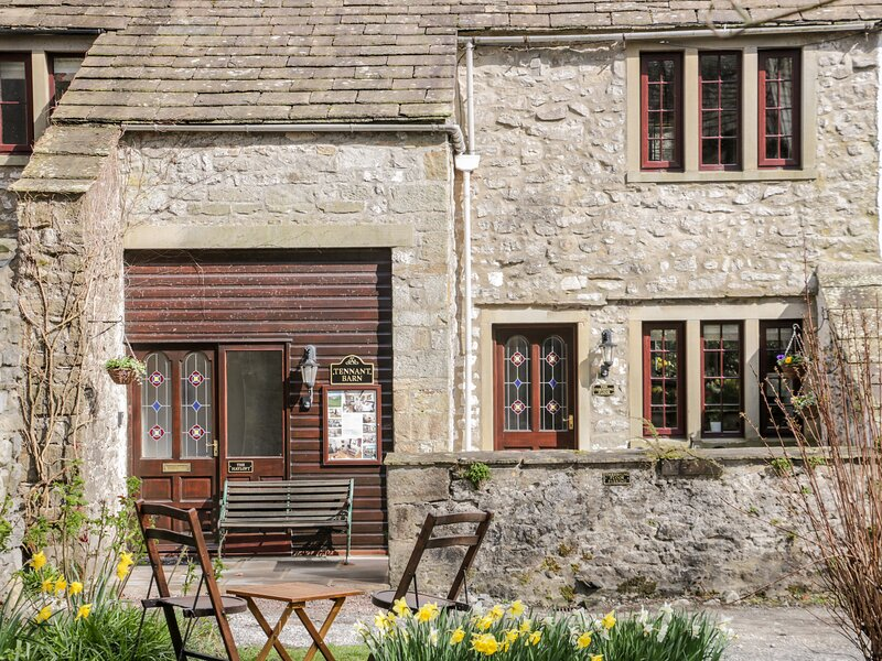 THE HAYLOFT AT TENNANT BARN, super king-size double bed, en-suite bathroom, holiday rental in Yorkshire Dales National Park