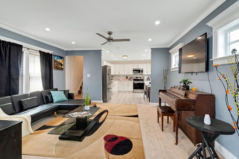 Recently Renovated Two Story Home in the Heart of Queens - Close to JFK Airport!, holiday rental in Saint Albans