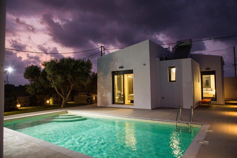 Villa Stavelia - Elegant villa close to the beach, alquiler vacacional en Aposelemis